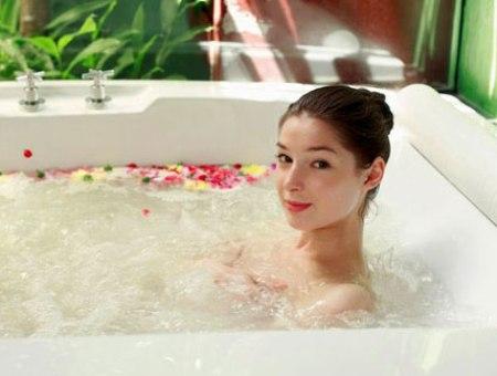 Tắm nóng lạnh luân phiên cách làm nở ngực tự nhiên