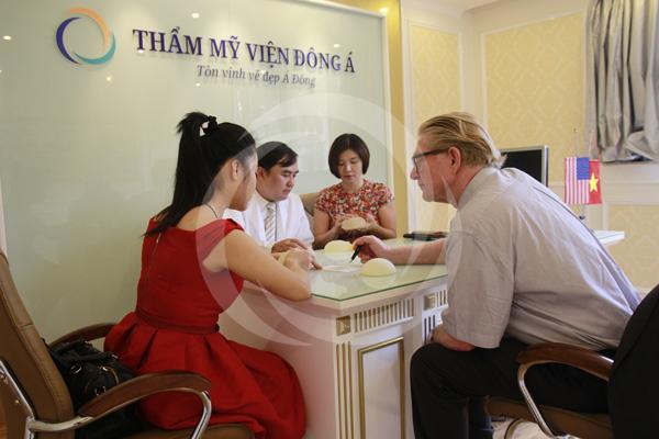 Khách hàng được trực tiếp các bác sĩ chuyên gia nước ngoài thăm khám và tư vấn