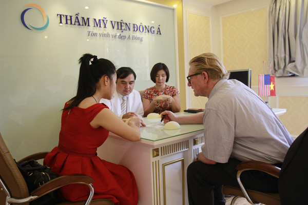 Khách hàng nâng ngực nhận được sự tư vấn của bác sĩ nước ngoài