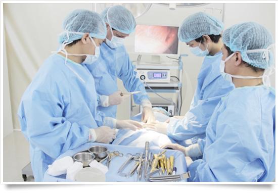 Các bác sĩ chuyên khoa nước ngoài tiến hành nâng ngực tại bệnh viện